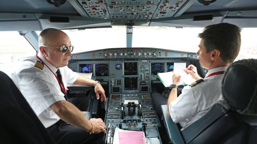 El piloto y el copiloto de un A340 de Iberia, momentos antes de volar a Londres.J. VILLANUEVA / VÍDEO: L. M. RIVAS / P. CASADO