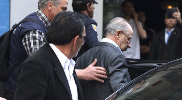 Rodrigo Rato, detenido. La policía se lleva al exvicepresidente del Gobierno arrestado tras el registro de su domicilio 1429202807_685875_1429209564_noticia_fotograma