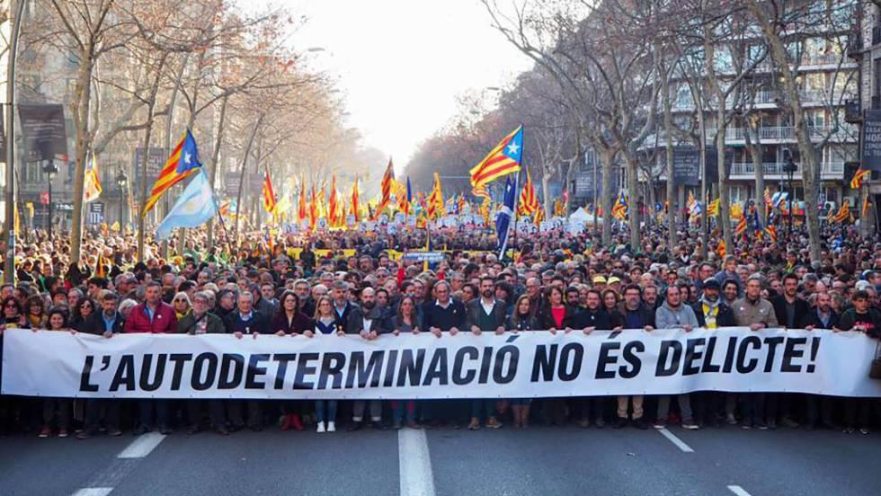 Лидеры сепаратистских партий и организаций ведут демонстрацию в Барселоне. Скриншот видео.