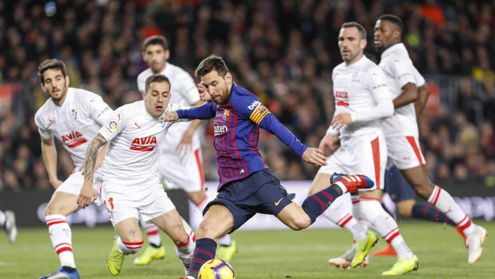 Luis Suárez homenajea a Messi y el Barcelona golea al Eibar