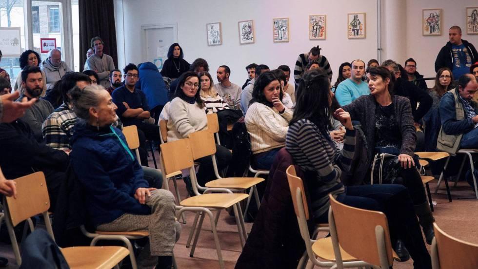 Sesión informativa para españoles sobre el sistema laboral holandés, en Ámsterdam. En vídeo, declaraciones de los afectados. IMANE RACHIDI EFE)
