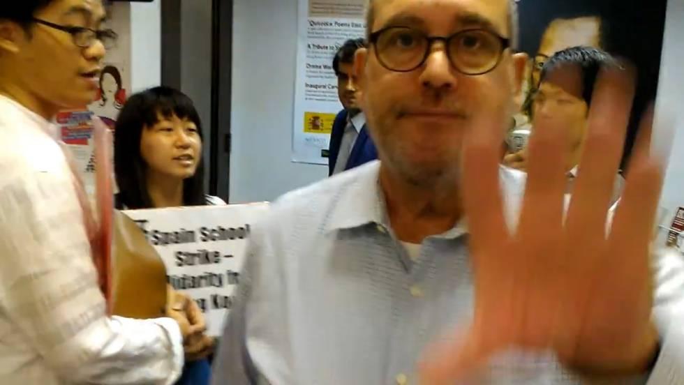 el cnsul espaol en hong kong expulsa a varios chinos que entraron en la sede