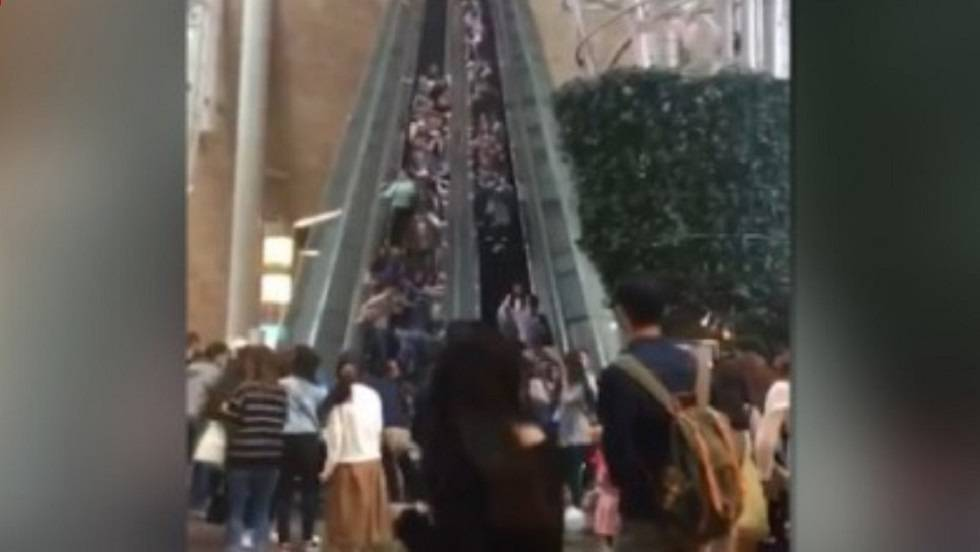momentos de pnico en una escalera mecnica en hong kong