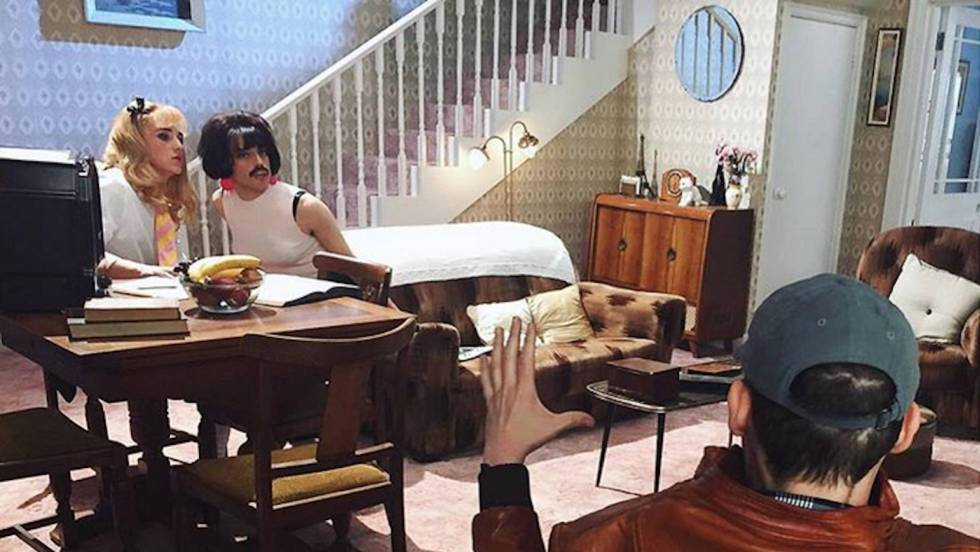 Bryan Singer, de espaldas, dirige una de las escenas más reconocibles de 'Bohemian Rhapsody': la del rodaje del videoclip de 'I want to break free'. Instagram.