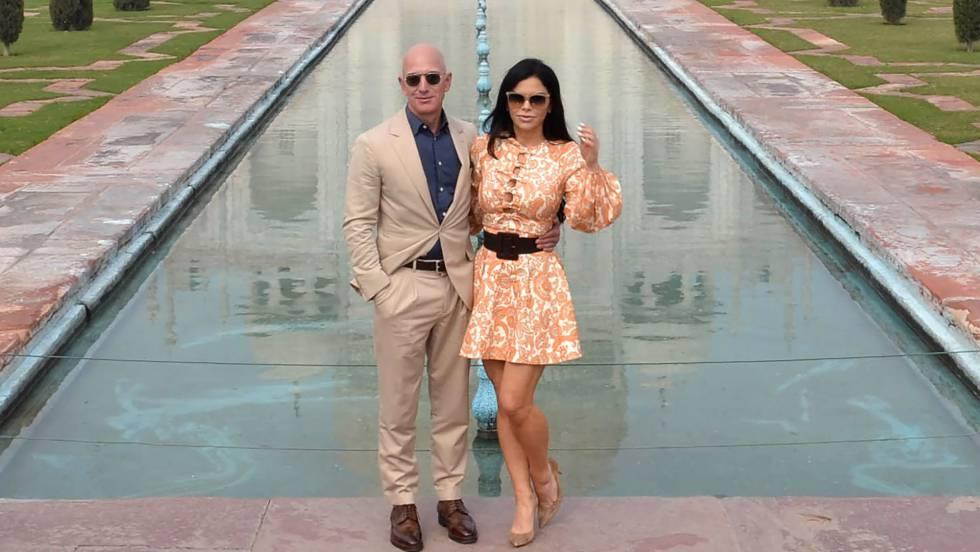 El presidente ejecutivo de Amazon, Jeff Bezos, y su novia, Lauren Sanchez, posan durante su visita al Taj Mahal en Agra (India) este martes 21 de enero. En vídeo, el ministro de Exteriores saudí habla sobre el caso. FOTO: AFP | VÍDEO: REUTERS